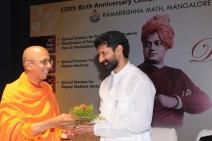 Swami Jitakamananda presenting bouquet to Sri C T Ravi